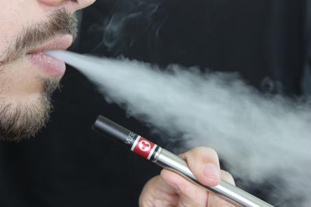 Dampfer zieht an E-Zigarette